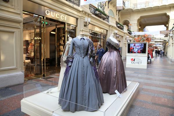 Киностудия Горького 5 октября открыла в ГУМе выставку старинных костюмов и головных уборов