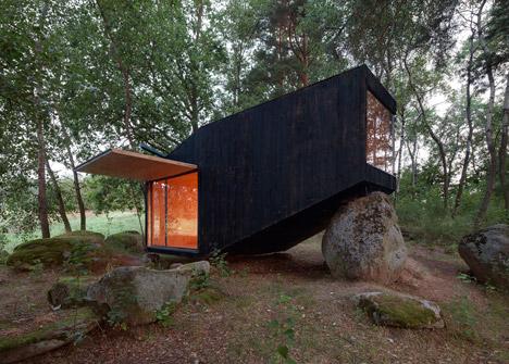 Forest-Retreat-by-Uhlik-Architekti_dezeen_468_1.jpg