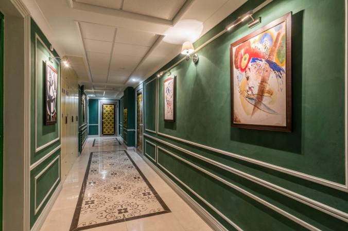 Картинаая галерея в межквартирных холлах