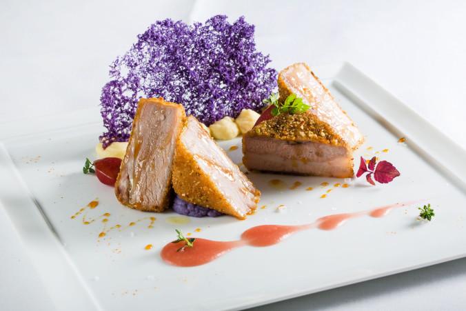 Pancia di maiale in crosta di mandorle e pistacchi con mela annurca e patate viola