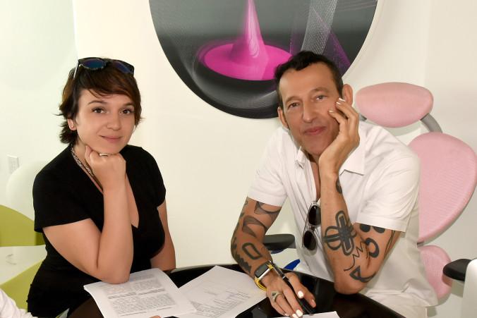 подписание договора. директор по маркетингу Лилия Кац и дизайнер Карим Р...