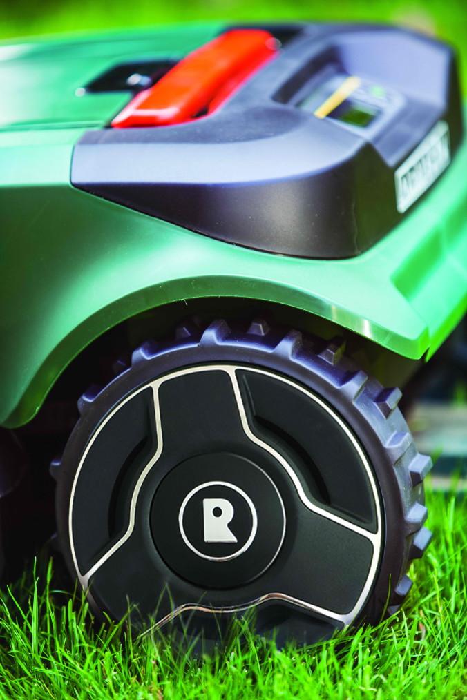 Robomow RS_close up on wheel