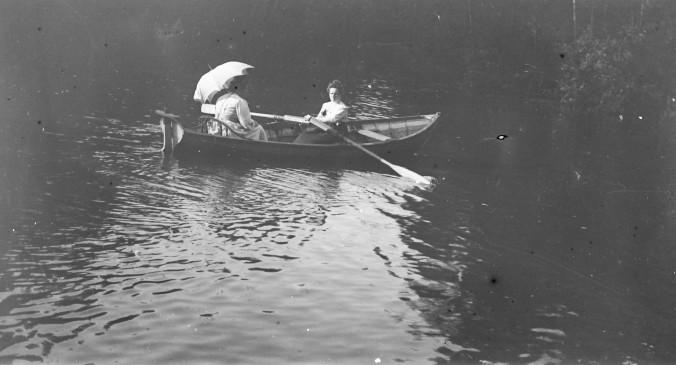 Дачное Царицыно_дамы в лодке