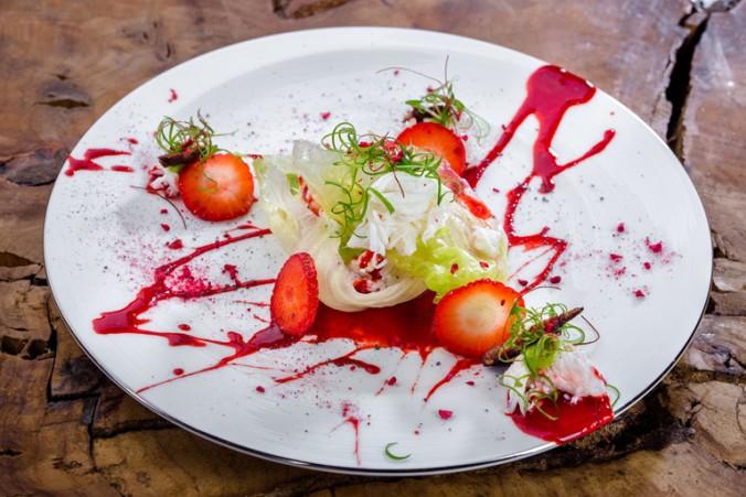 Теплый краб с клубникой и хрустящим салатом 1480руб