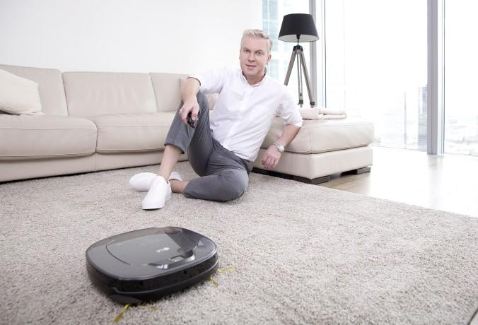 Сергей Светлаков и робот-пылесос LG с умным инверторным мотором